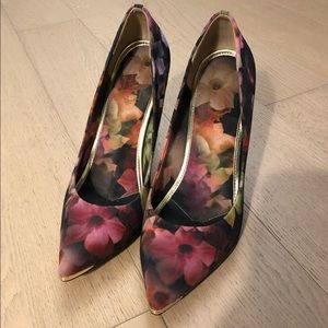 Ted Baker Neevo 3 Pump in Shadow Floral size 8.5